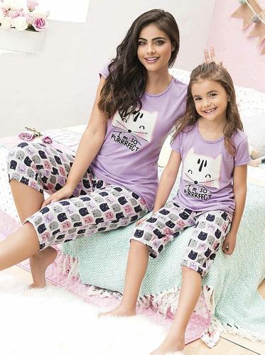 Pijama mama e hija gato alumbra oscuridad niña