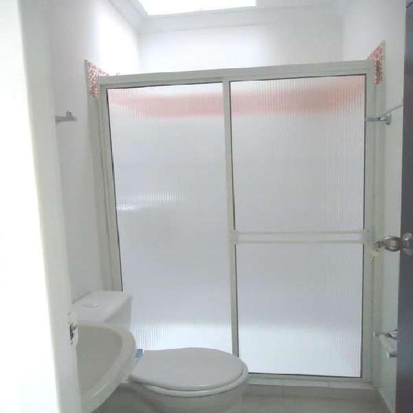 Divisiones para baño en acrílico batientes y corredizas