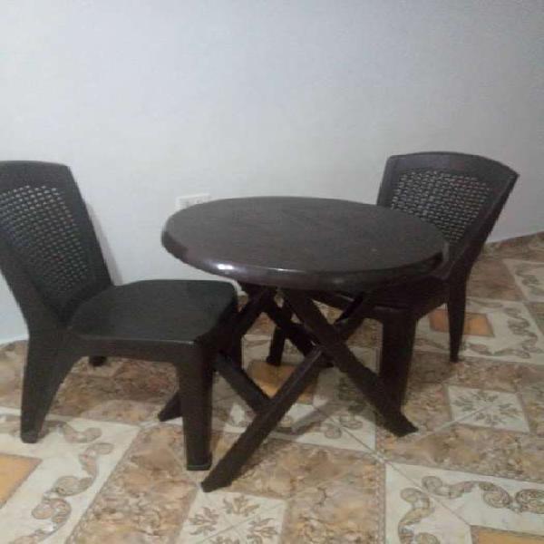 Mesa para el te con dos sillas