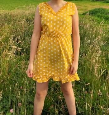 Vestido amarillo con puntos blancos