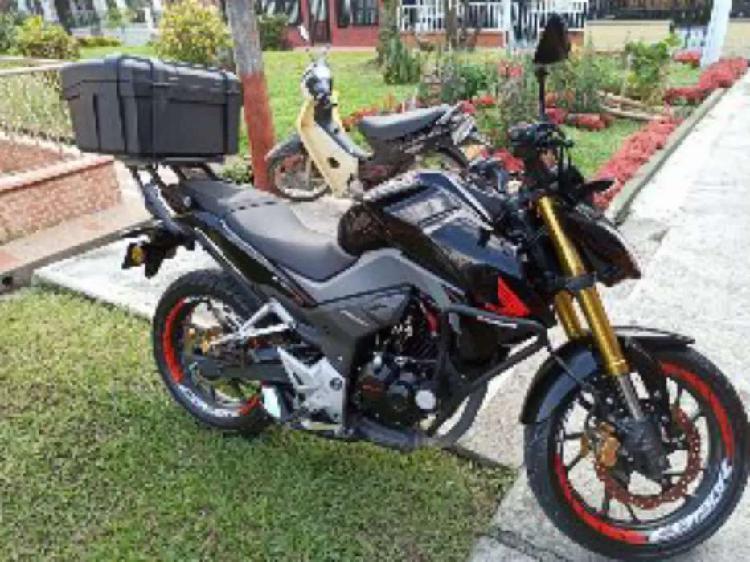 Se vende cb190r o se cambia a moto de menor valor.