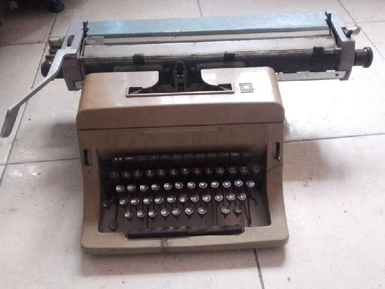 Antigua máquina de escribir grande solo decoración