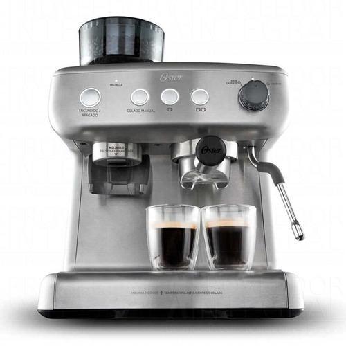 Cafetera capuchinera plateada con molino de cafe oster