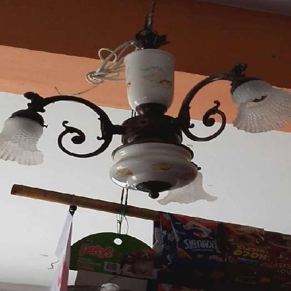 Antigua lámpara de techo tres luces en bronce y porcelana