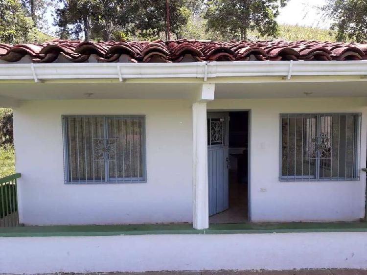 Alquiler casa finca con buenos acabados, garaje, via