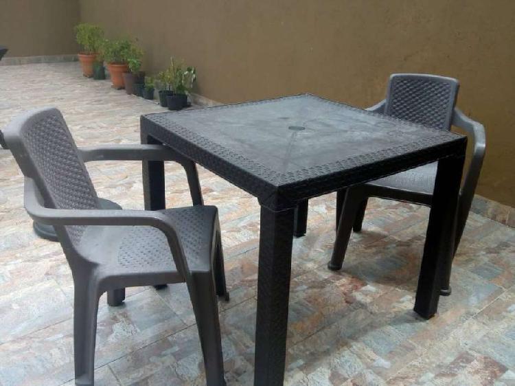 Mesa mas dos sillas rimax usadas