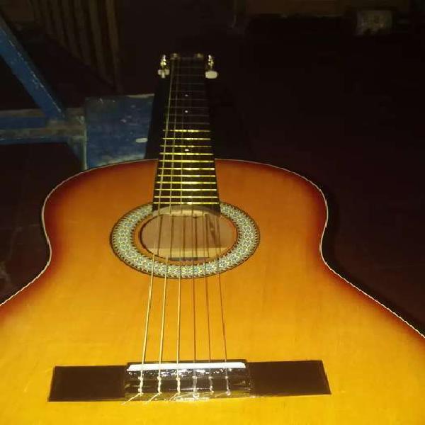 Guitarra en perfecto estado, para practicar y ensayar tus