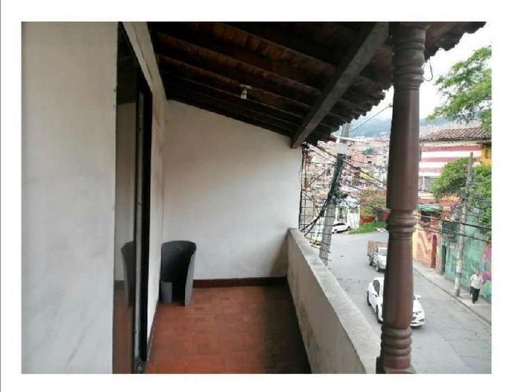 Casa con tres apartamentos contruidos, barrio bombona/