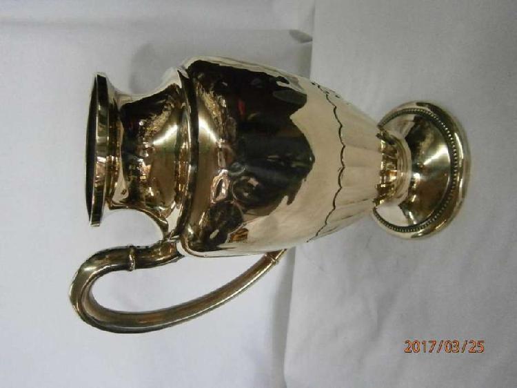 Jarra en bronce un asa decorada con huecos laterales