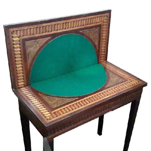 Mesa de juegos en madera bellamente decorada