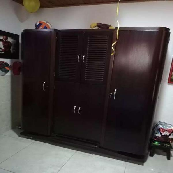 Divino armario antiguo. fina madera