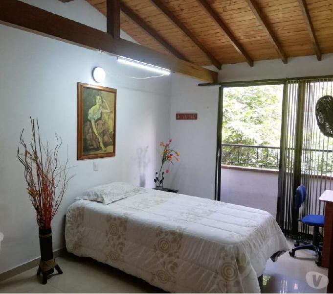Habitacion amoblada con balcon y vista al exterior en laure