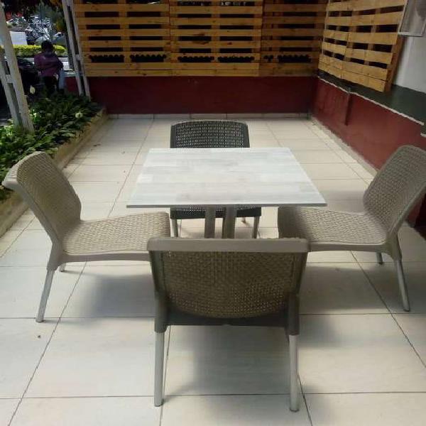 Juego de sillas con mesa para restaurante o cafe.