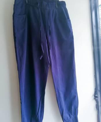 Pantalón color azul bota ajustada