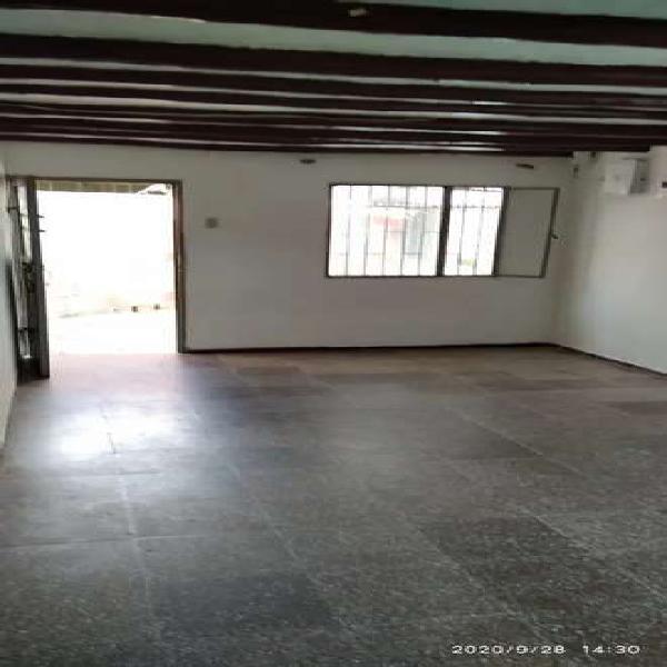 Se arrienda apartamento primer piso económico, tres