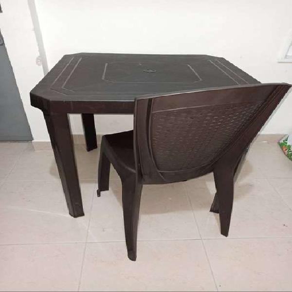 Mesa cuadrada y silla plástica colplast