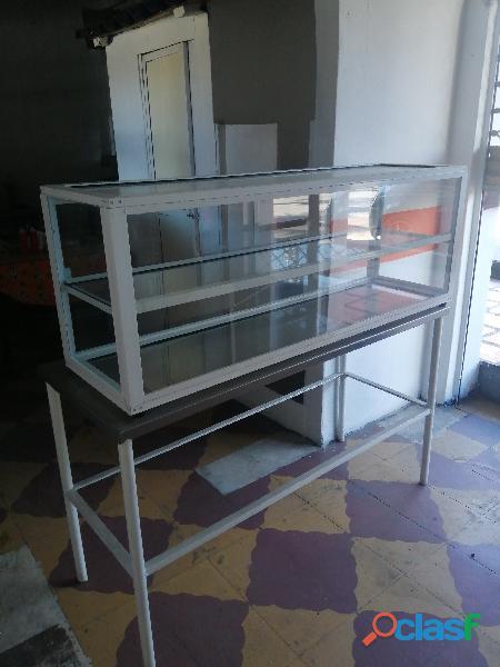 Se vende nevera vitrina y mesas