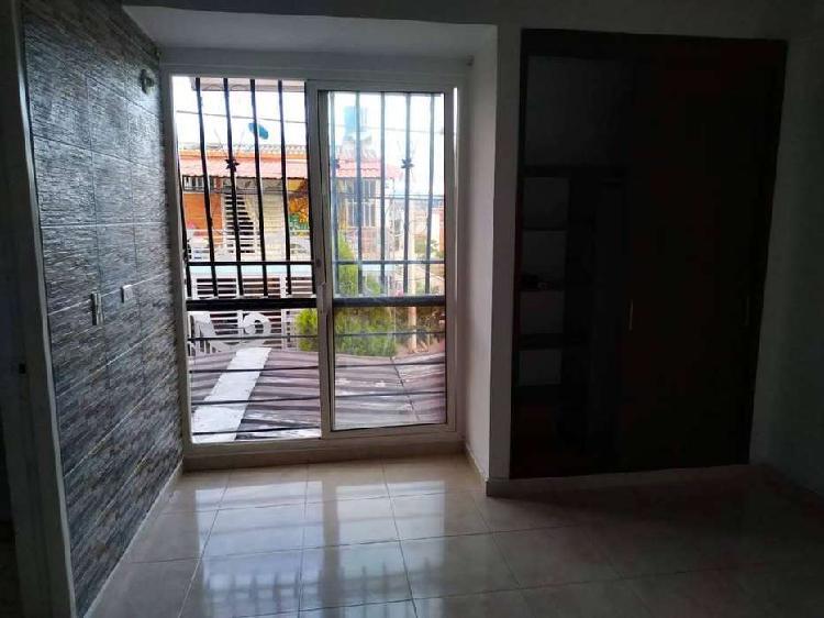 Casa de dos pisos en barrio residencial