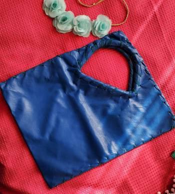 Bolso color azul rey.