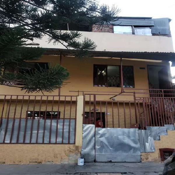 Casa de tres pisos barrio atanasio