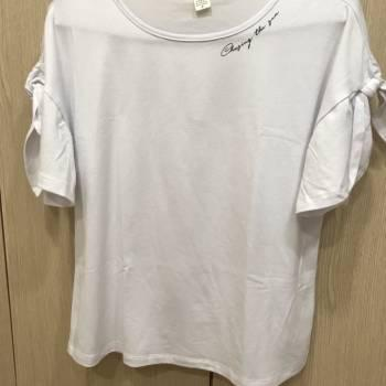 Camiseta con moño en manga