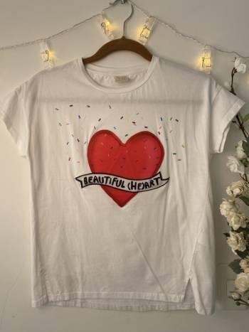 Camiseta balnca corazon y sprinkles zara