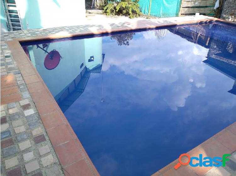 Casa campestre con piscina en tres esquinas