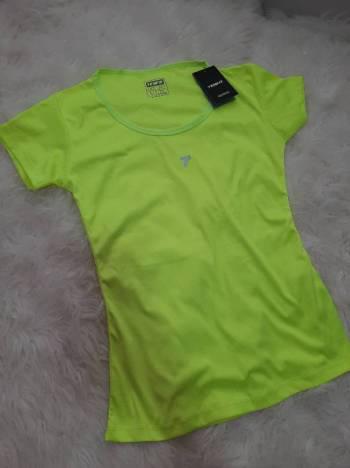 Blusa verde deportiva