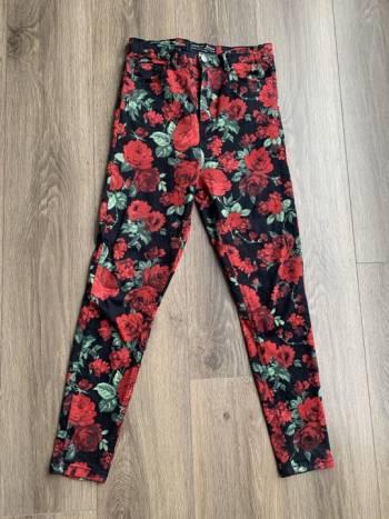 Pantalon flores de stradivarius