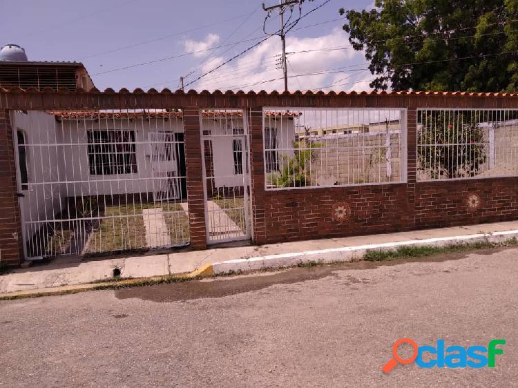 ESPACIOSA CASA EN VENTA URBANIZACIÓN EL PARAÍSO CIRCUITO CERRADO CABUDARE