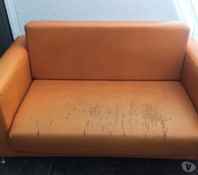 Vendo sofá-cama naranja en cuerina.